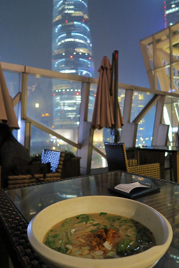 上海タワーとラーメン