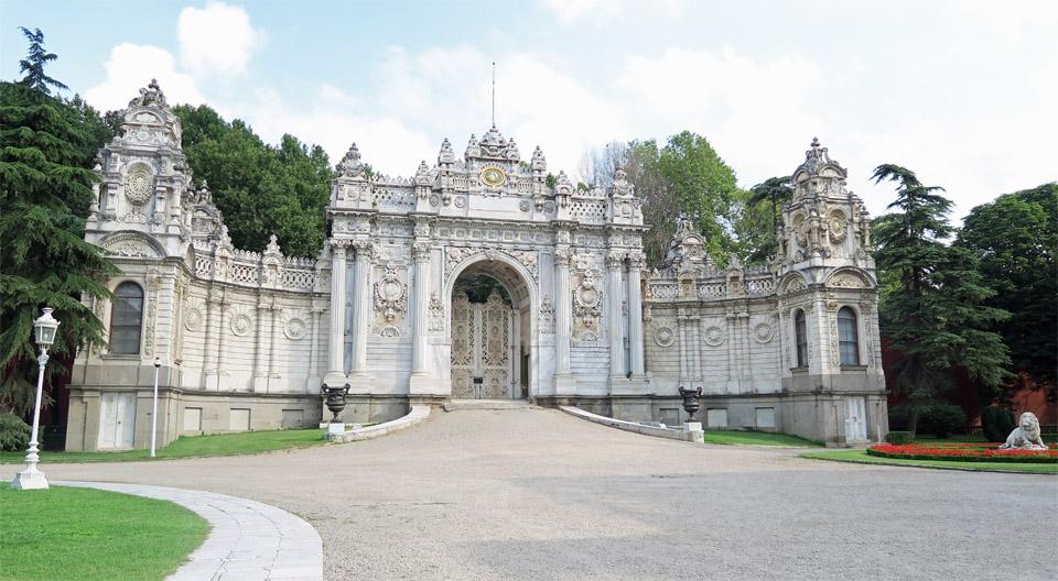 ドルマバフチェ宮殿横の門